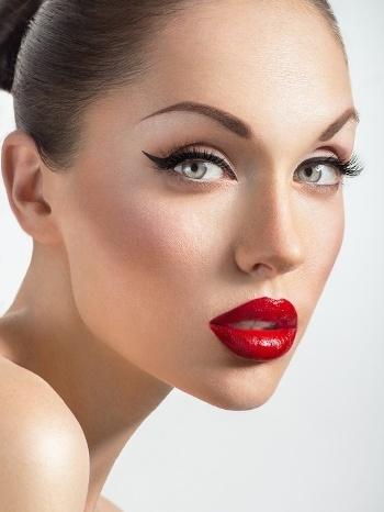Make up koji nikad ne izlazi iz mode: Mačkaste oči i crvene usne