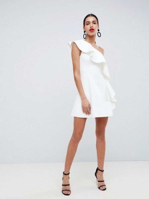 Vrhunska pojava u letnjim haljinama s jednim ramenom i volanima