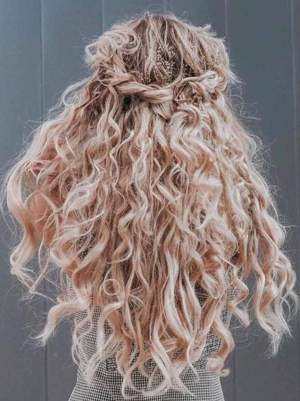20 predivnih svadbenih frizura za buduće mlade sa kovrdžavom kosom