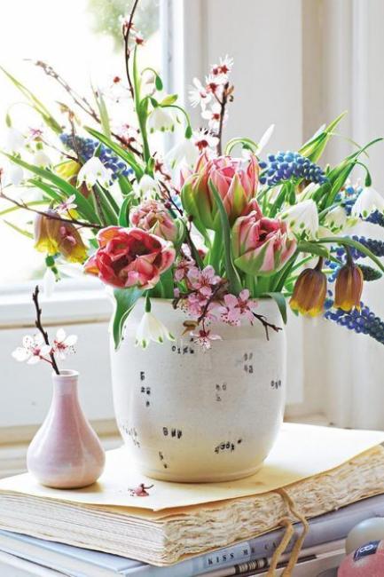 Prolećne cvetne dekoracije za sredinu stola