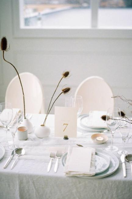 Elegantni minimalistički detalji za centralni deo stola na venčanju