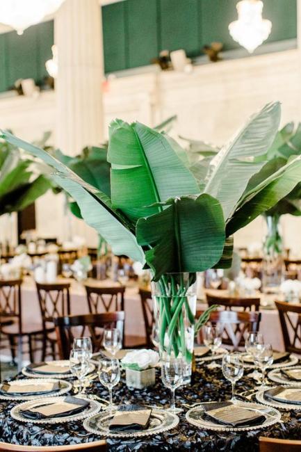 Bujni i smeli tropski detalji na sredini svadbenih stolova koji plene pažnju